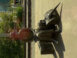 Skulptur wartende Dame.jpg